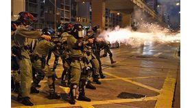 中國國家主席習近平會見香港行政長官林鄭月娥,泛民主派人士擔心這是強硬訊號,認為林鄭月娥可能會繼續以高壓手段對付「反送中」示威者。圖為港警20日在九龍施放多枚催淚彈。(檔案照片/共同社提供)