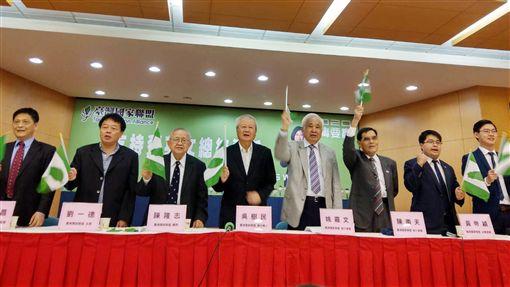 台派社團挺蔡總統連任台灣國家聯盟等社團5日召開「支持蔡英文總統連任」記者會,他們說,很多人現在對蔡總統不滿,「但我們要看大局、要看未來」。中央社記者葉素萍攝  108年11月5日