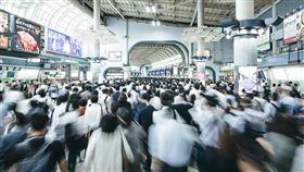 日本微軟2019年實驗讓員工一週工作4天,業務部門近日在網站說,在這個加班文化盛行的國家,縮短工時生產力不減反增,全球各地如今也有愈來愈多企業嘗試讓員工週休3日。圖為日本上班族通勤人潮。(圖取自PAKUTASO圖庫)