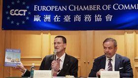歐洲商會發表2020年建議書(1)歐洲在台商務協會(ECCT)理事長尹容(Giuseppe Izzo)(右)與執行長何飛逸(Freddie Hoglund)(左)5日在台北召開記者會,發表歐洲商會2020年建議書。中央社記者徐肇昌攝  108年11月5日