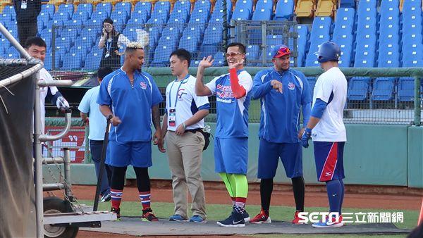 羅曼賽前和中華隊打招呼。(圖/記者王怡翔攝影)