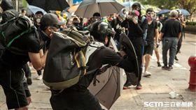 反送中/10月20日香港九龍大遊行,本應是和平的遊行,但最後在硝煙下演變為警民衝突,部分示威者在遊行後陸續散去,而另一部分的前線示威者則轉往尖沙咀圍堵警察局並建起防線,掩護後排的示威群眾離開。(圖/三立新聞網駐香港記者王志杰攝)