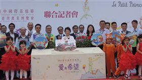 台中國際花毯節將於新社登場 盧秀燕說明台中國際花毯節9日起在新社登場,台中市長盧秀燕(前中)5日舉辦戶外記者會,說明展出主題。中央社記者郝雪卿攝 108年11月5日