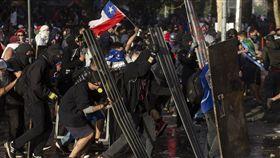 智利民眾29日再度走上街頭抗議總統皮涅拉,爆發警民衝突。(法新社提供)