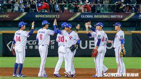 中華隊贏球賽後慶祝。(圖/記者林聖凱攝影)