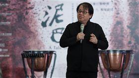 朱宗慶暢談擊樂劇場泥巴朱宗慶打擊樂團推出擊樂劇場「泥巴」,透過打擊樂與陶瓷工藝的共鳴,展現台灣人為家鄉努力付出的辛勤與堅持,也展現台灣土地的力量。藝術總監朱宗慶(圖)5日在台北出席彩排記者會,暢談分享演出內容。中央社記者徐肇昌攝 108年11月5日