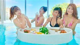 琳妲、曲羿、籃籃、沐妍四人在知名Villa「泳衣解禁」。(圖/翻攝自琳妲IG)