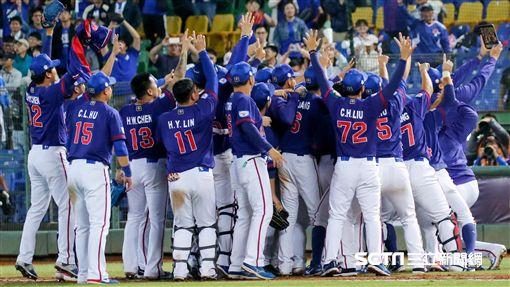 12強棒球賽,台灣贏委內瑞拉賽後在場邊自拍。(圖/記者林聖凱攝影)