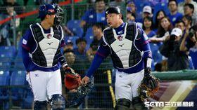 12強棒球賽中華隊林泓育、高宇杰捕手,總教練洪一中。(圖/記者林聖凱攝影)