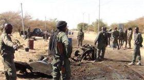 加拿大礦業公司塞馬弗(Semafo)在西非國家布吉納法索礦場運送員工的車隊今天遭到攻擊。(圖/翻攝自推特)