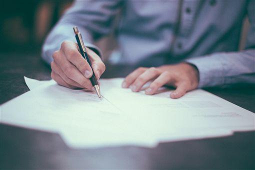 簽名,簽約,簽字。(示意圖/翻攝自免費圖庫Pixabay)