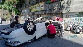 台北市北投區奇岩路發生老翁開車自撞翻車事故(翻攝臉書)