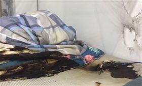 行動電源半夜起火!女大生睡覺被燙醒 衣服、棉被一片焦黑(圖/翻攝自微博)