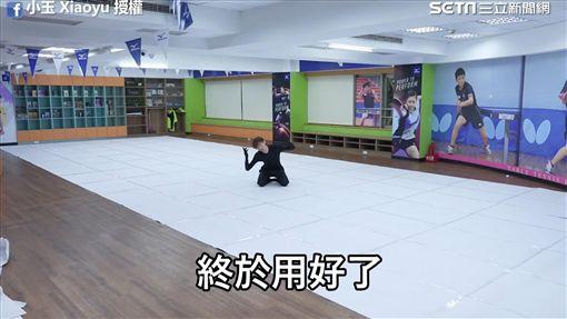 人工拼出約一萬四千平方米的超大紙張。(圖/小玉 Xiaoyu臉書授權)