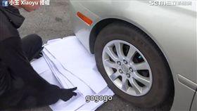 小玉用轎車輾壓試圖突破第十層。(圖/小玉 Xiaoyu臉書授權)