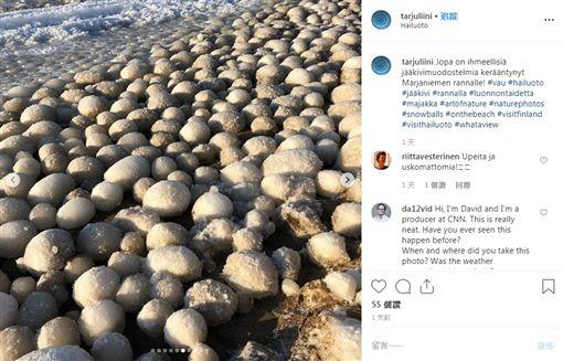 大白天一堆蛋?芬蘭海灘覆滿奇怪冰球(圖/翻攝自Tarja Terentjeff IG)
