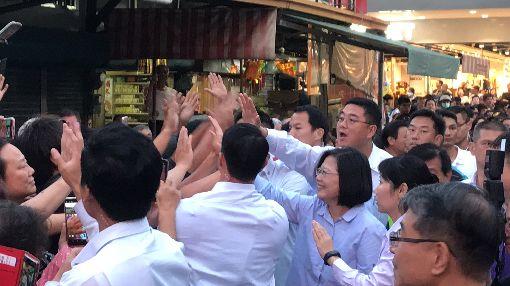 蔡總統訪雲林 與熱情民眾擊掌總統蔡英文(前右3)7日下午走訪雲林縣,受到民眾熱情歡迎,蔡總統也親切地與民眾擊掌打招呼。中央社記者姜宜菁攝 108年11月7日