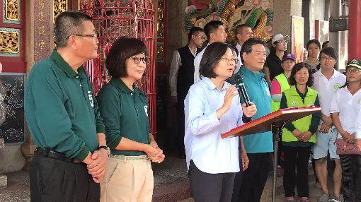 蔡總統走訪雲林 談長照和托育總統蔡英文(左3)7日下午走訪雲林縣,談長照2.0和托育政策,同時期盼民眾支持她連任,國會席次過半,繼續帶領台灣。中央社記者姜宜菁攝 108年11月7日