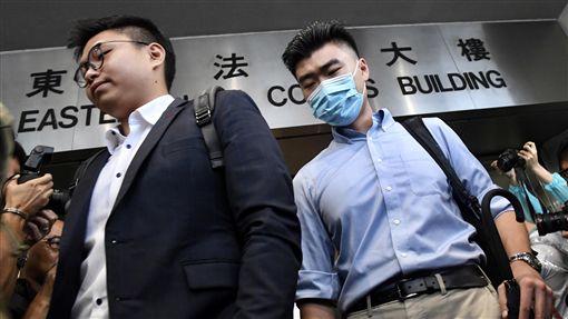 反送中示威扮記者藏武器 港大陸生被判監禁6週港媒報導,香港大學二年級陸生陳子謀(右)7月在「反送中」示威衝突現場被捕,他假扮記者並被搜出一支伸縮棍。由於沒有證據顯示陳子謀參與暴動,西九龍裁判法院7日判決他監禁6週。(中通社提供)中央社 108年11月7日