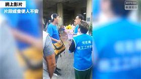 香港立法會議員何君堯(右後戴眼鏡者)6日遭人刺傷胸口,港警7日將這起傷人案改為企圖謀殺案。(圖/翻攝自facebook.com/RTHKVNEWS)