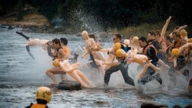 極限運動,俄羅斯,充氣娃娃,渡河,參賽者 https://www.facebook.com/BubbleBabaChallenge/photos/a.1347200175309387/1347209738641764/?type=3&theater