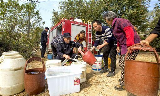 受持續乾旱影響,安徽省廬江縣部分地區出現飲水困難。廬江縣應急、公安、供水等部門緊急動用消防車運送自來水,緩解群眾飲水難問題。(中新社提供)