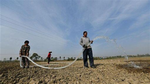 中國長江中下游地區旱情自7月下旬起已持續近5個月,中國財政部宣布撥付人民幣4.18億元(約合新台幣18.07億元)的中央自然災害救災資金,用以救助旱情。圖為安徽省村民在為田地澆水抗旱。(圖/中新社提供)
