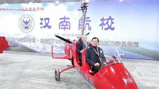 26條提航空建設  業者期待開放台灣飛行員赴陸翁柏吉(前座)看好大陸廣大的通用航空市場,在大陸從事航空人才教育。他希望大陸的26條對台措施實施細則,能夠開放台灣飛行員赴大陸通用航空執飛。圖為他今年在籌建中的湖北漢南航校。(翁柏吉提供)中央社記者張淑伶上海傳真 108年11月8日