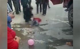 紅衣女孩「追氣球」!衝馬路下秒遭貨車輾…送醫右腿截肢(圖/翻攝自微博)