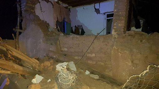 伊朗西北部今天凌晨發生規模5.9地震,伊朗國家電視台報導,至少5人喪生與120人受傷。(圖/翻攝自twitter.com/Khaaasteh)
