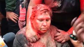 玻利維亞總統莫拉萊斯(Evo Morales)的連任爭議持續延燒,當地時間7日一名執政黨的鎮長被反政府示威者強抓至街上,甚至遭拖行、潑漆、剃髮,模樣狼狽不堪。(圖/翻攝自El Pitazo YouTube)