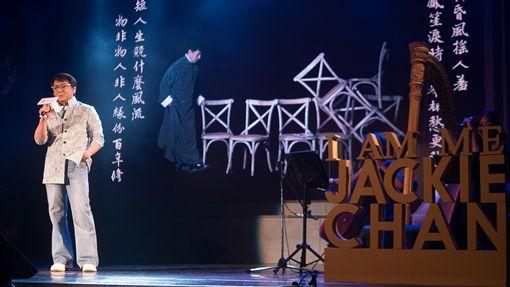 成龍台北發布新專輯 獻唱物是人非香港藝人成龍12日在台北舉行新專輯「我還是成龍」發布記者會,並獻唱主打歌「物是人非」。中央社記者洪健倫攝 108年6月12日