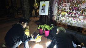香港科大生死亡 在台港人悼念(1)香港科技大學學生周梓樂8日傷重死亡,觸發「反送中」新一輪示威活動。在台港人組成的「香港邊城青年」8日晚間在台北舉行悼念會,現場將蠟燭排出「香港加油」字樣。中央社記者陳至中台北攝 108年11月8日
