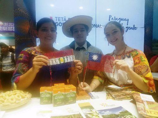巴拉圭參加台北國際旅展2019ITF台北國際旅展8日起在南港展覽館登場,巴拉圭攤位上有編織而成的中華民國與巴拉圭國旗,2名女性工作人員會用中文介紹巴拉圭,她們都是從巴拉圭來台唸書的學生。中央社記者汪淑芬攝 108年11月8日