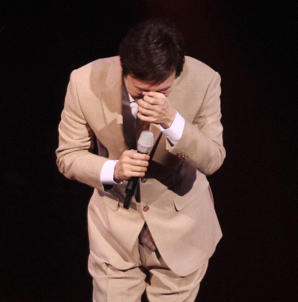 費玉清「2019告別演唱會」巡演噴淚最終回,小哥數度哽咽謝粉絲依依不捨,今後不再拿麥克風了。(記者邱榮吉/攝影)