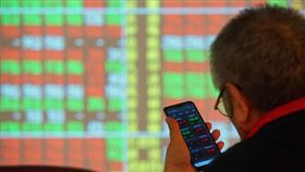 美股道瓊指數再創新高  台股有望續揚(3)美股道瓊工業指數再創歷史新高,法人認為,台股市場氣氛樂觀,指數有機會延續揚升走勢,續創波段新高,6日投資人關注台股走勢。中央社記者王騰毅攝  108年11月6日