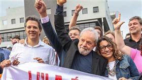 巴西聯邦最高法院11位大法官7日晚以6比5的票數推翻2016年針對二審定罪後入獄服刑的釋憲案,前總統魯拉(前中)獲釋。魯拉因洗錢與受賄罪被高等法院(三審法院)判處8年10個月20天有期徒刑,2018年4月開始服刑。(圖取自facebook.com/Lula)