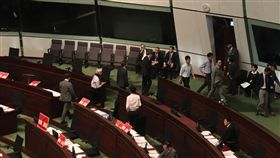 港泛民議員阻撓逃犯條例修訂案提交議會備受爭議的香港逃犯條例修訂案3日提交立法會首讀和二讀,20多名泛民議員一度步出議事廳,試圖阻撓草案宣讀。中央社記者張謙香港攝 108年4月3日