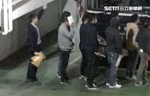 ▲夏于喬爸爸夏世紘(左ㄧ,灰衣)與其他9人都收押禁見。(圖/記者楊佩琪攝)
