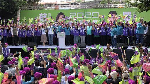 為立委羅致政站台 蔡總統:板橋若贏全國就會贏總統蔡英文9日出席新北市立委羅致政競選總部成立大會時表示,板橋具有全國選舉的指標性,若板橋贏了,全國就會贏。中央社記者侯姿瑩攝 108年11月9日
