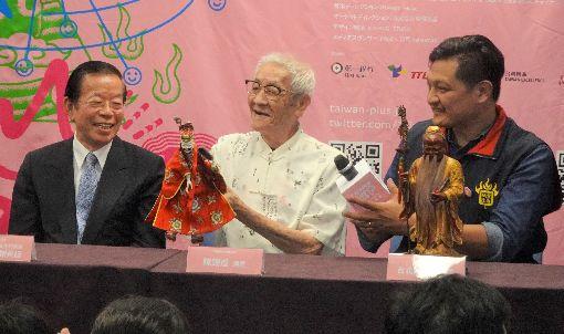布袋戲大師陳錫煌紀錄片 月底在日上映以布袋戲大師陳錫煌(中)為主角、楊力州執導的紀錄片「紅盒子」在日本片名為「台灣,街角的人形劇」。圖為陳錫煌9月底在東京參與加文化總會活動的宣傳時,與駐日代表謝長廷(左1)等人合影。中央社記者楊明珠東京攝 108年11月9日