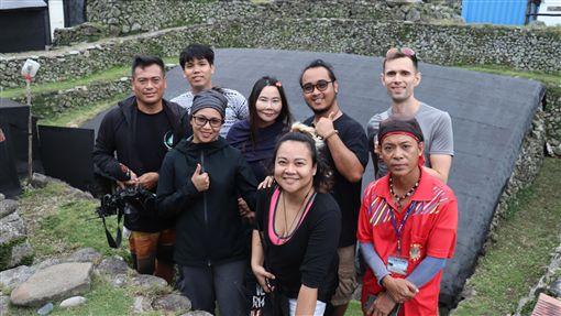 菲律賓巴丹島藝術家參訪蘭嶼文物館菲律賓巴丹島3位藝術家近日參訪蘭嶼文物館和園區內地下屋,因巴丹島語言和達悟族有60%相似,幾乎可和達悟族人流暢溝通。(瑪拉歐斯提供)中央社記者盧太城台東傳真 108年11月9日