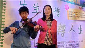 罕病無尾熊男孩不減生命廣度 熱愛小提琴今年13歲的陳泓宇(左)罹患粒線體代謝異常,每天至少要睡12小時,是媽媽周曉君(右)的「無尾熊」男孩。周曉君9日受訪表示,陳泓宇自小學接觸到小提琴後,深深被琴聲吸引,開啟學習之路,對練習樂此不疲;且有音樂陪伴,也有助舒緩他的不適。中央社記者陳偉婷攝 108年11月9日