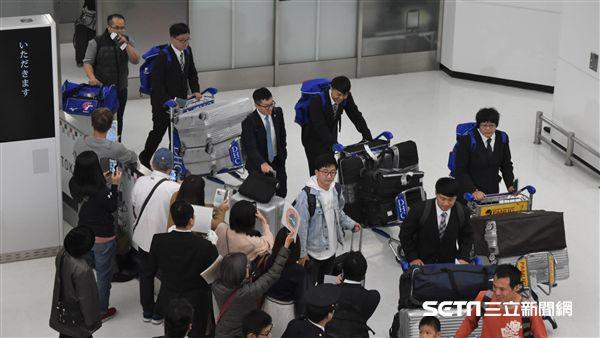 12強中華隊後勤團隊抵達成田機場。(圖/記者王怡翔攝影)