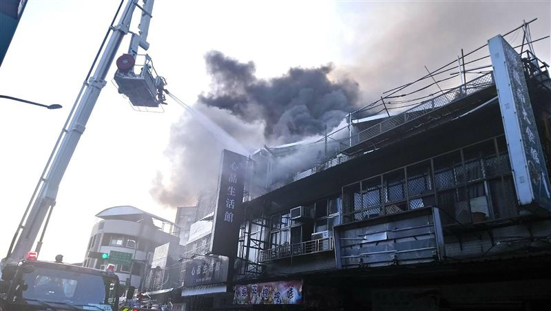 台北市文山區民宅火警冒濃煙 警消馳援