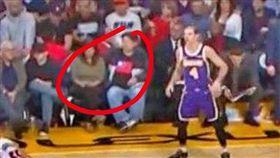 觀眾衣服有青天白日滿地紅 中國騰訊停播NBA 圖翻攝自微博