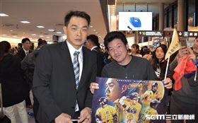 日本球迷來為中華隊接機。(圖/記者王怡翔攝影)