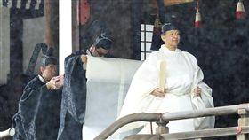 22日上午日皇德仁(右)與皇后雅子在皇居內的宮中三殿舉行儀式,德仁穿著純白的「帛御袍」。(共同社提供)