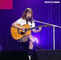 安智煐和禹智潤組成韓國雙人女子組合「臉紅的思春期」,2019亞洲巡迴演唱會「BLOSSOM」台灣場,台大綜合體育館會粉絲。(記者邱榮吉/攝影)
