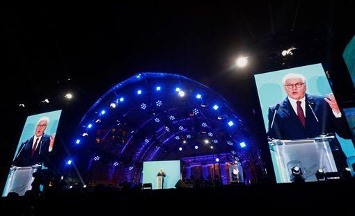 德國當局9日紀念柏林圍牆倒塌滿30週年,德國總統史坦麥爾敦(講者)敦促美國再度成為「相互尊重夥伴」並揚棄本位主義。圖為史坦麥爾敦晚間出席紀念活動。(法新社提供)